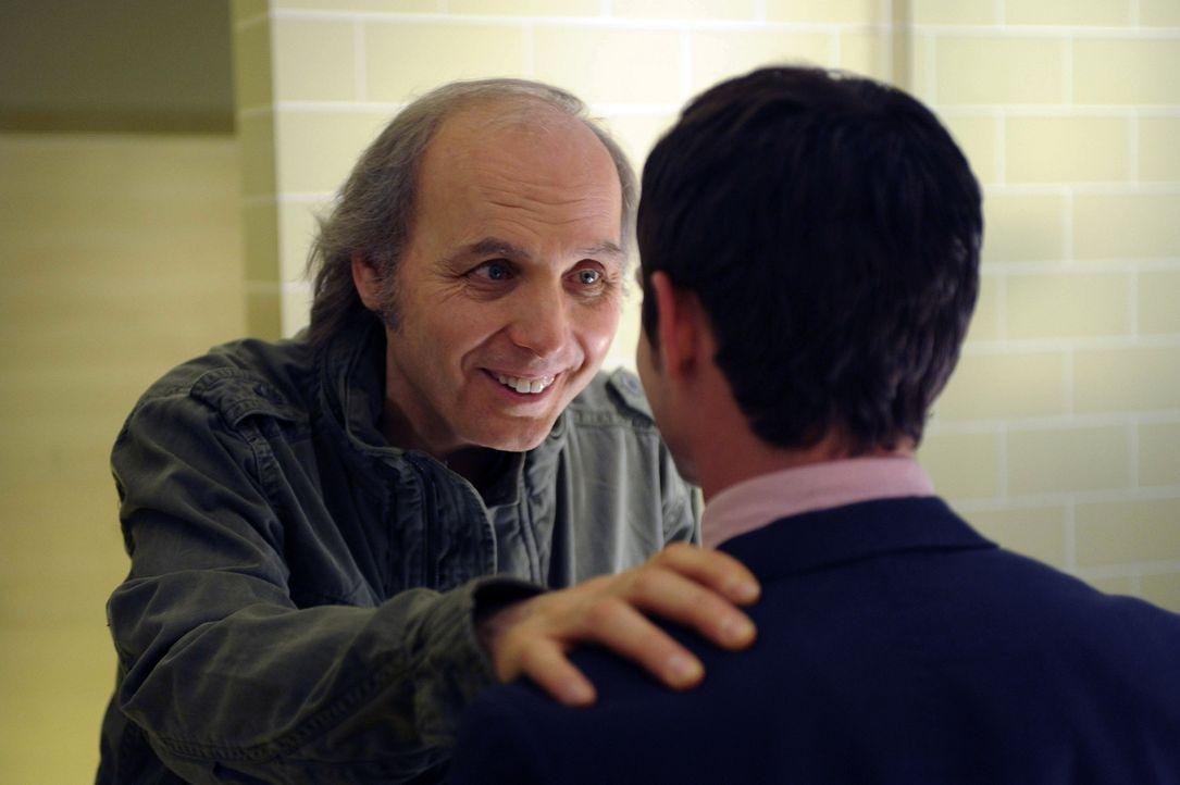 Ryan (Elijah Wood, r.) Ist verwirrt als plötzlich Bruce (Dwight Yoakam, l.) in sein Leben tritt und ihn eindringlich vor Wilfred warnt ... - Bildquelle: 2011 FX Networks, LLC. All rights reserved.