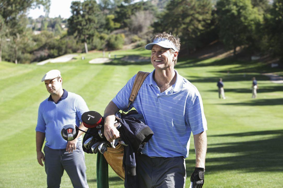 Für ein Golfturnier heuert Bobby (Brian Van Holt, r.) Andy (Ian Gomez, l.) als Caddy an. Doch wird das gut gehen? - Bildquelle: 2010 ABC INC.