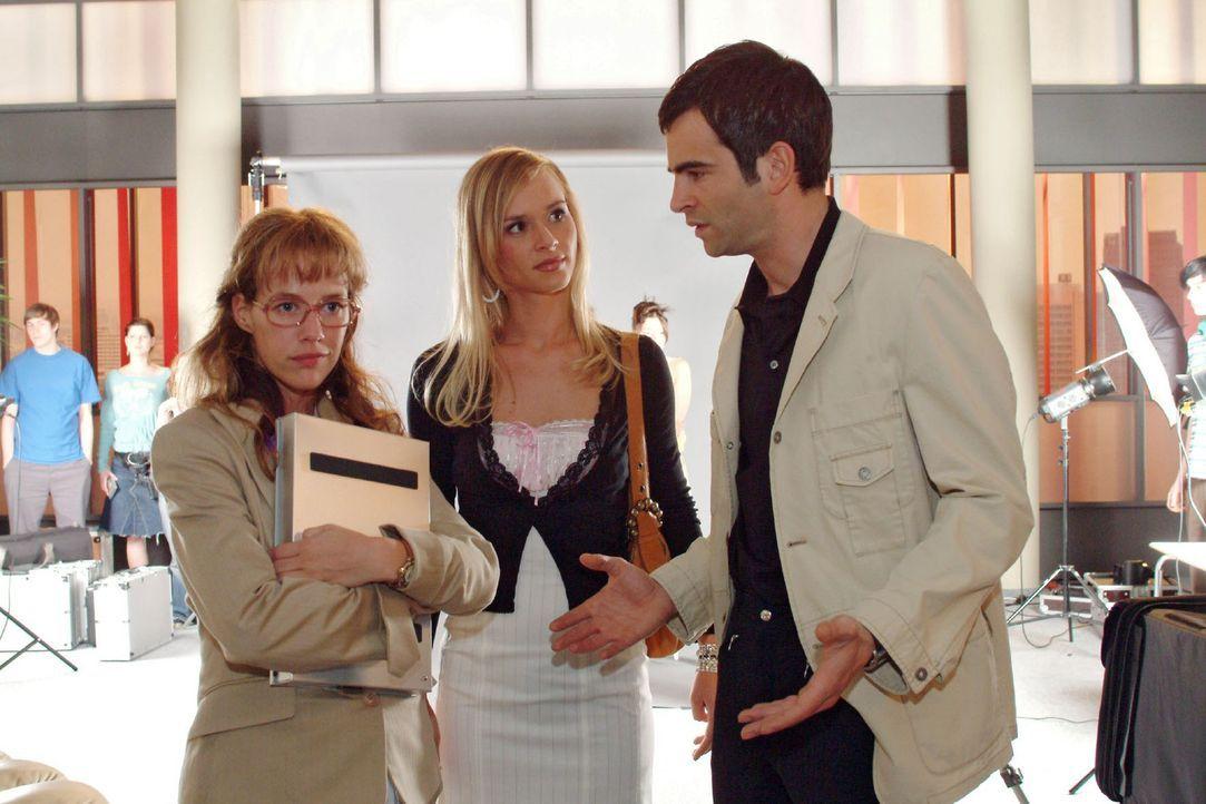 David (Mathis Künzler, r.) ist sichtlich genervt, als Lisa (Alexandra Neldel, l.) zu verhindern versucht, dass er mit der attraktiven Verena (Annet... - Bildquelle: Sat.1