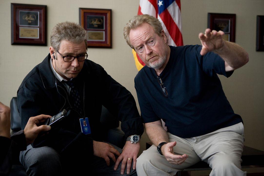 Regisseur Ridley Scott, r. und Russell Crowe, l. während der Dreharbeiten - Bildquelle: Warner Brothers