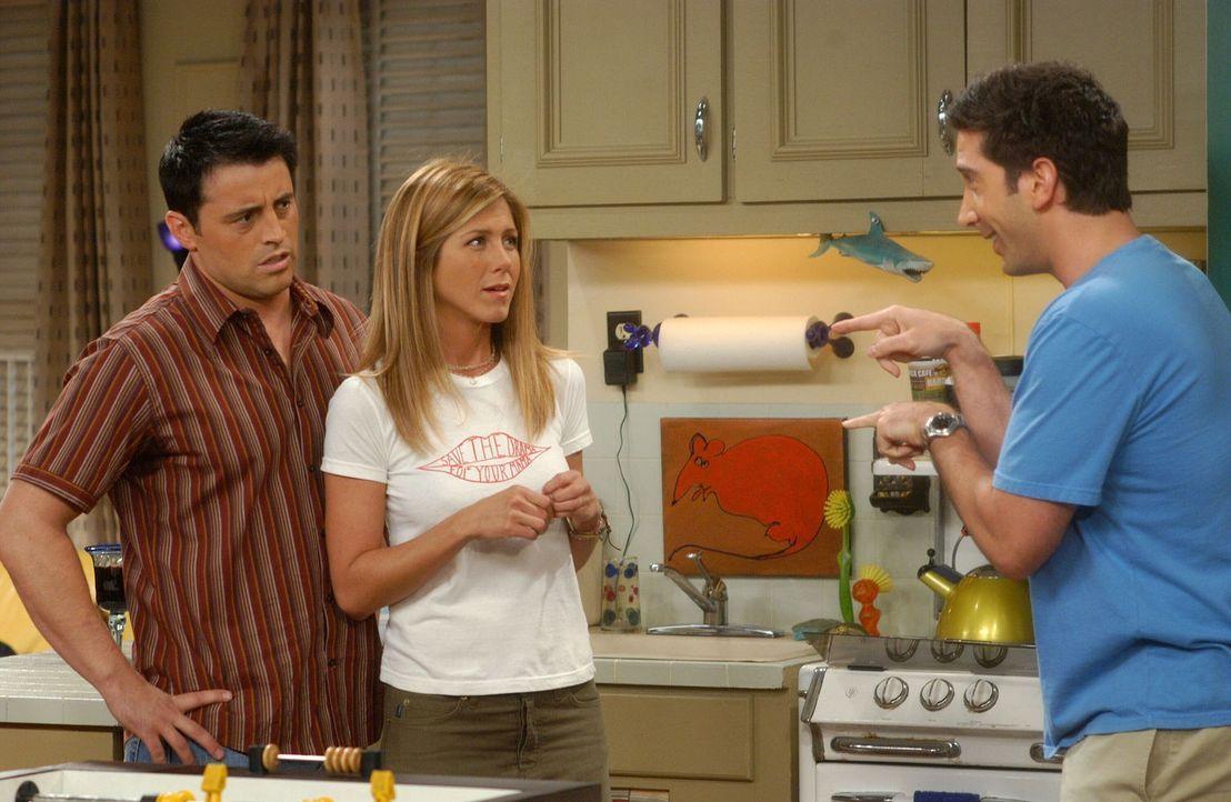 Joey (Matt LeBlanc, l.) und Rachel (Jennifer Aniston, M.) haben Hemmungen, einander näher zu kommen, solange sie sich nicht sicher sind, dass Ross (... - Bildquelle: 2003 Warner Brothers International Television