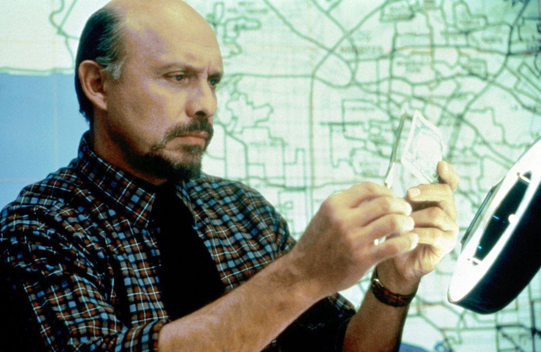 Selbst Spießer-Cop Joe Flint (Hector Elizondo) muss einsehen, dass Quasselstrippe Axel mit seinen Vermutungen recht hat: Der gefundene Papierfetzen... - Bildquelle: Paramount Pictures