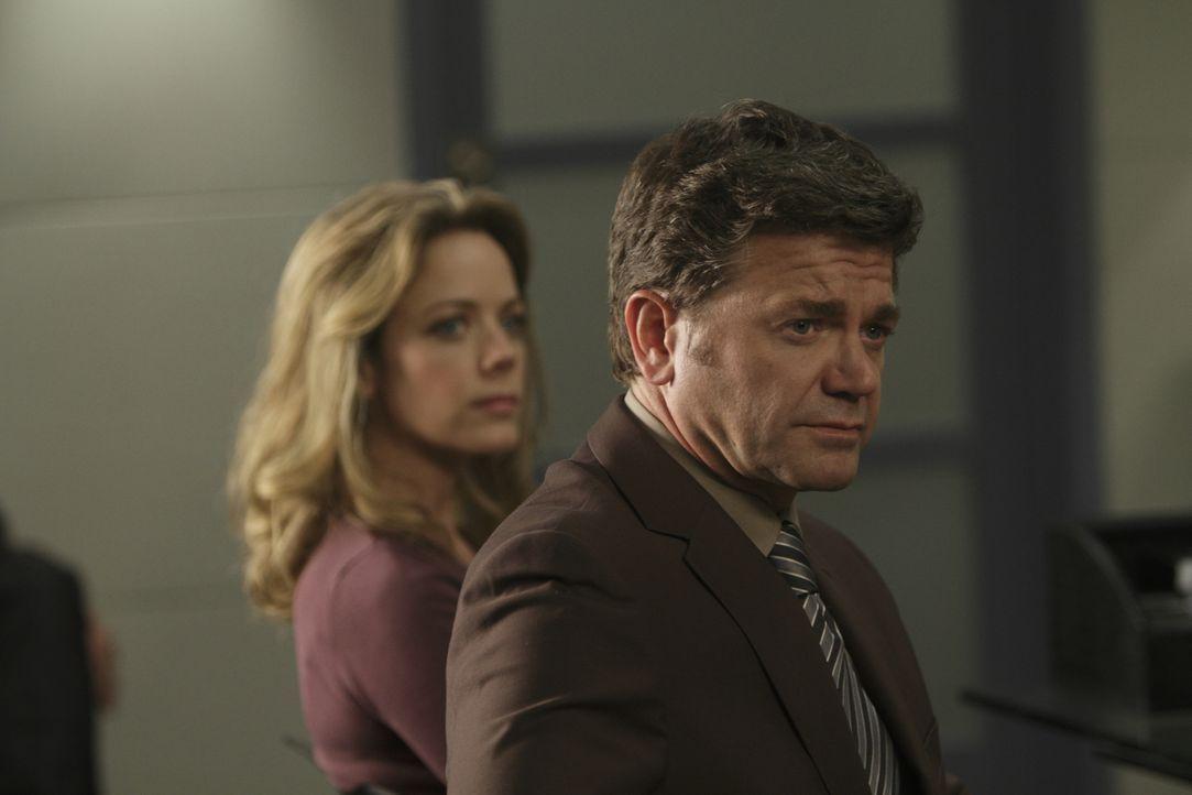 Richard Applebaum (John Michael Higgins) fürchtet um das Leben seiner Familie, denn er hat seine Firma bei der Gesundheitsbehörde angeschwärzt  ... - Bildquelle: 2011  Warner Bros.