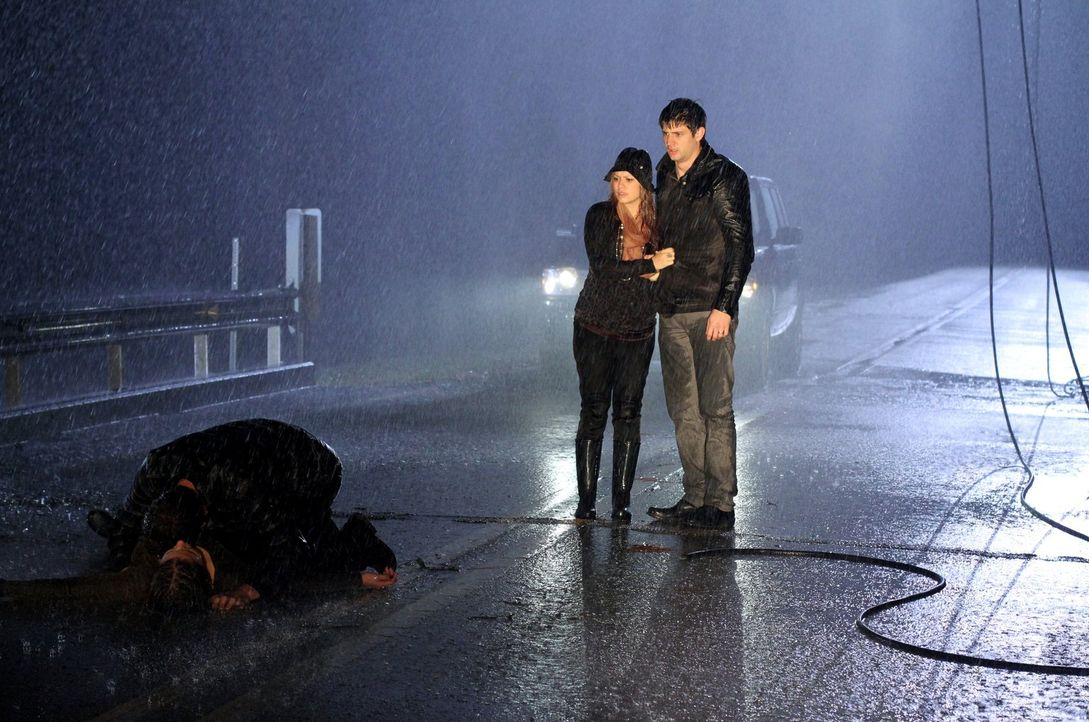 Haley (Bethany Joy Lanz, 2.v.r.) und Nathan (James Lafferty, r.) sind geschockt, als ihnen bewusst wird, dass Brooke (Sophia Bush, l.) in Lebensgefa... - Bildquelle: Warner Bros. Pictures