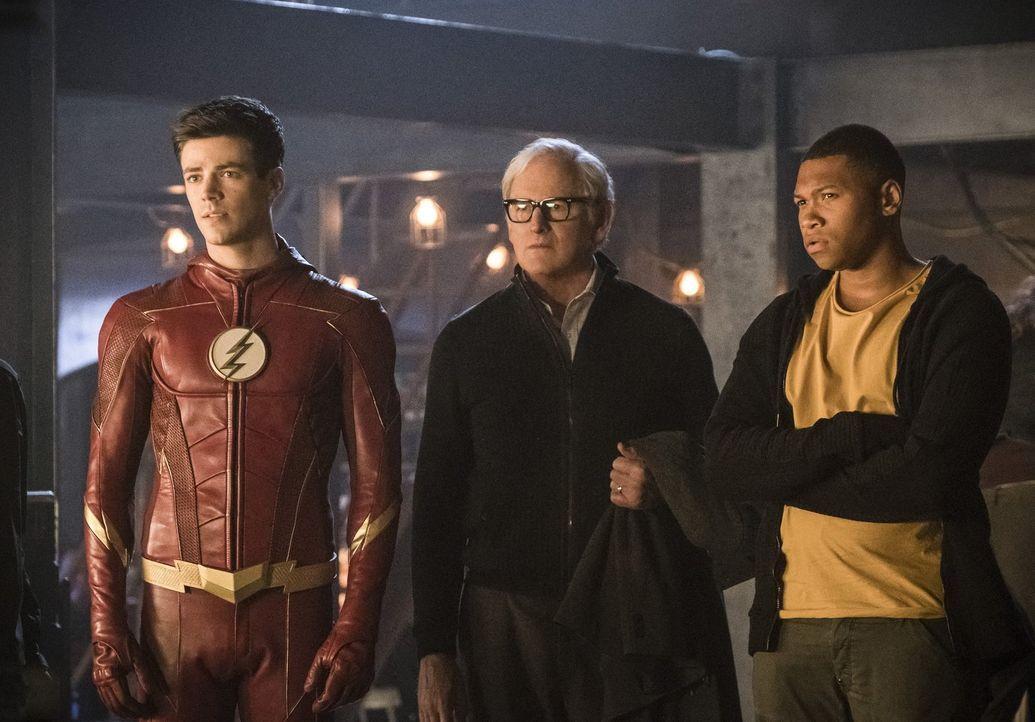 Nach ahnen Barry alias The Flash (Grant Gustin, l.), Stein (Victor Garber, M.) und Jefferson (Franz Drameh, r.) nicht, dass ihr Versuch, auf die Erd... - Bildquelle: 2017 Warner Bros.