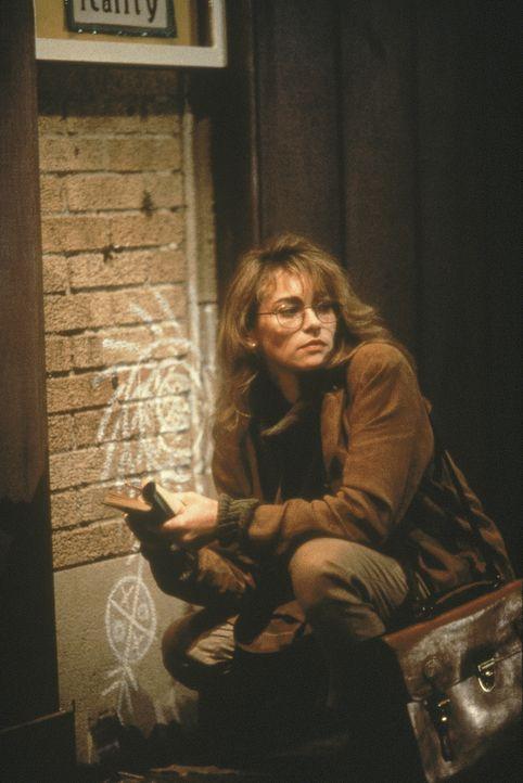 Spezialagent Hatcher wurde von dem Voodoo-Priester verflucht. Die Anthropologin Leslie (Joanna Pacula) kennt jedoch die Symbolik dieses Kultes ... - Bildquelle: 1990 Twentieth Century Fox Film Corporation.