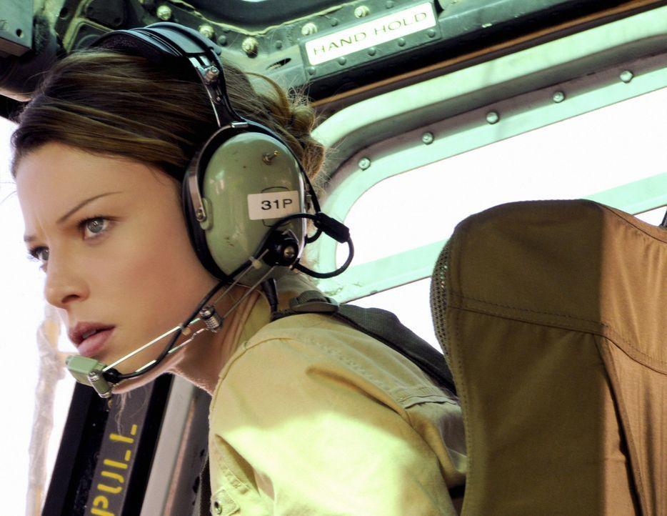 Gemeinsam mit ihren Kollegen gibt Lori Weston (Lauren German) alles, um Steve zu retten ... - Bildquelle: TM &   CBS Studios Inc. All Rights Reserved.
