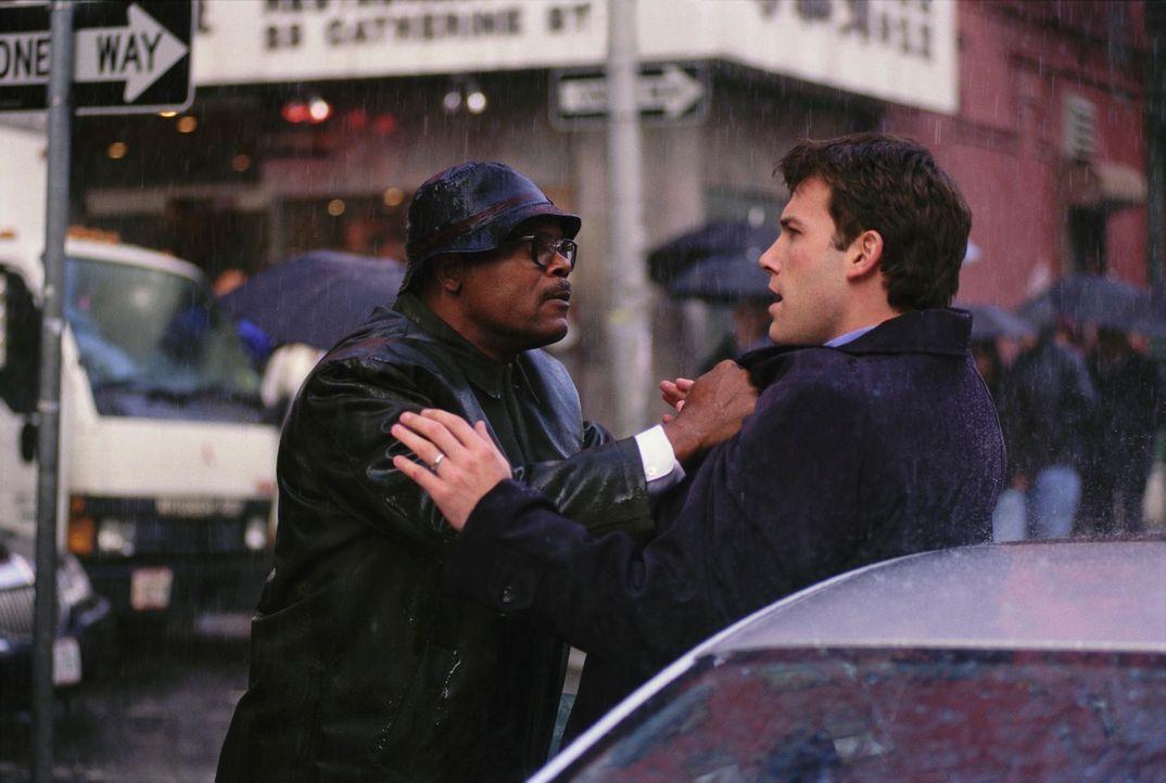 Ein ganz normaler Tag in New York. Ein junger Anwalt (Ben Affleck, r.) und ein Mann (Samuel L. Jackson, l.), der gerade auf dem Weg zum Gericht ist,... - Bildquelle: Kerry Hayes TM & Copyright   2002 by Paramount Pictures. All Rights Reserved.