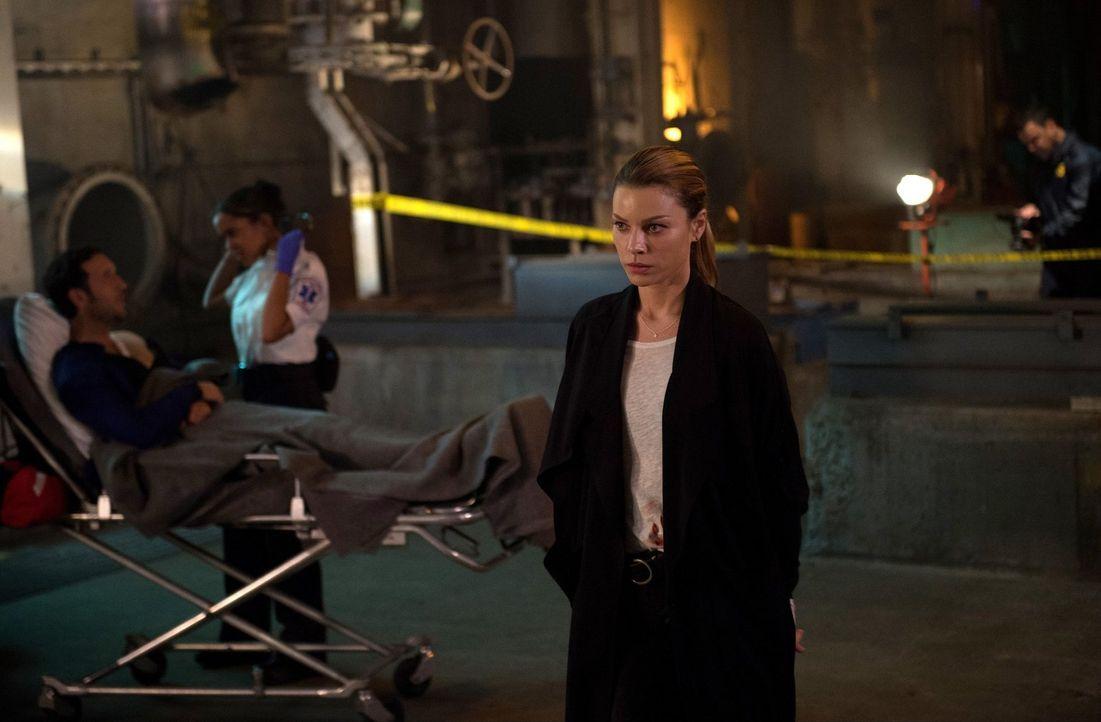 Während Chloe (Lauren German) an einem neuen Fall arbeitet, stattet Amenadiel Maze einen Besuch ab ... - Bildquelle: 2016 Warner Brothers