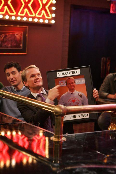 """Nicht nur, dass Barney (Neil Patrick Harris) in dem Obdachlosenheim aushilft, er wird auch noch zum """"Freiwilligen des Jahres"""" ernannt ... - Bildquelle: 20th Century Fox International Television"""