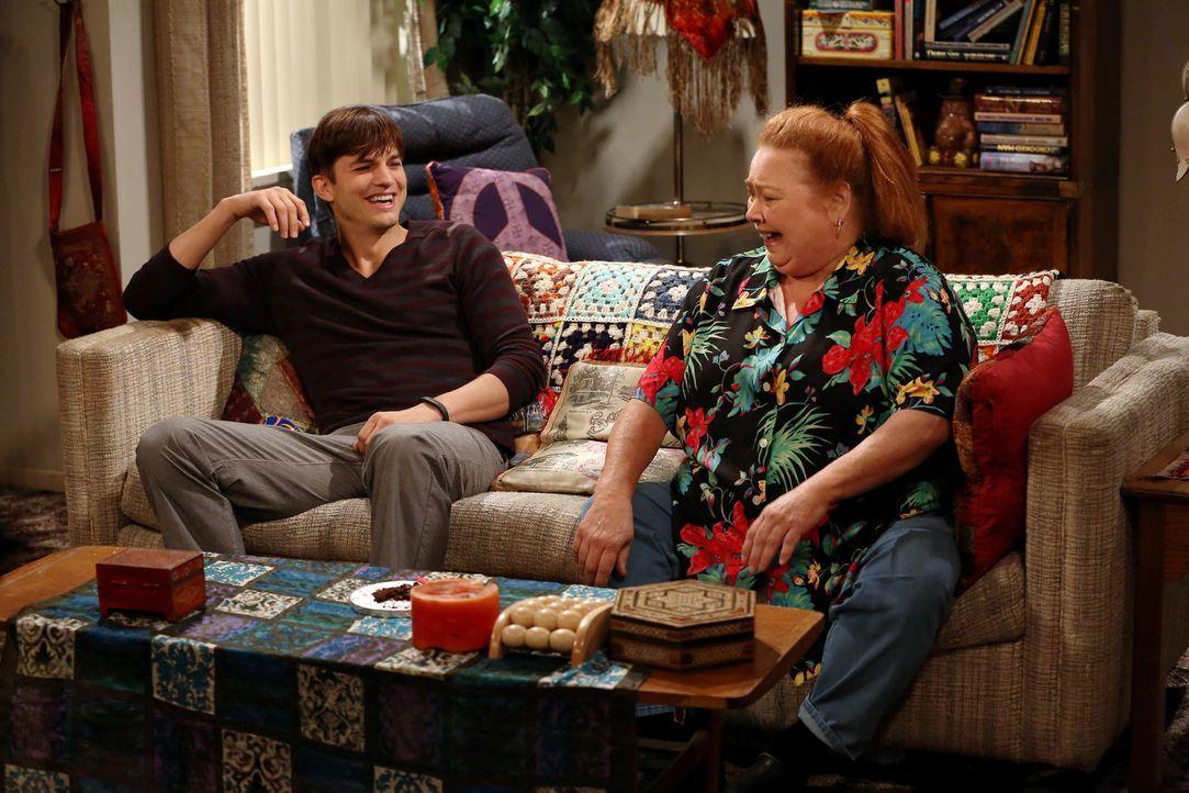 Eine ganz besondere Geburtstagsparty: Berta (Conchata Ferrell, r.) und Walden (Ashton Kutcher, l.) ... - Bildquelle: Warner Bros. Television