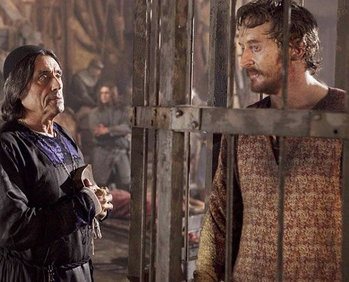 Auch König Stephan (Tony Curran) lässt in der Schlacht Federn - einzig Bischof Waleran (Ian McShane) bleibt mal wieder oben auf... - Bildquelle: Egon Endrenyi - Tandem Productions - Pillars Productions