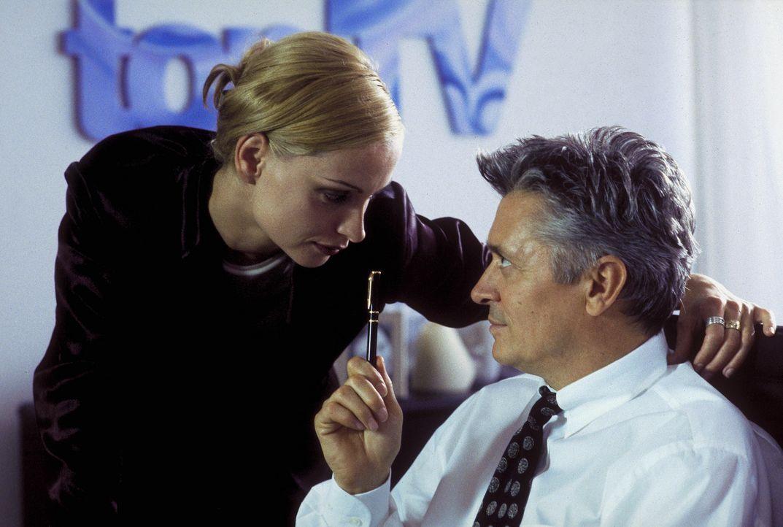 Die ehrgeizige Produzentin Jacqueline (Catherine Flemming, l.) ist nicht nur beruflich an ihrem Schützling Max (Henry Hübchen, r.) interessiert ... - Bildquelle: Andreas Kaysser ProSieben