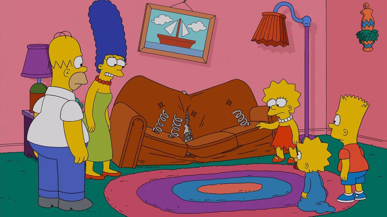 Die Couch der Simpsons ist kaputt. Homer (l.), Marge (2.v.l.), Lisa (M.), Maggie (2.v.r.) und Bart (r.) bestellen eine neue in Brooklyn, mit dem Erf... - Bildquelle: und TM Twentieth Century Fox Film Corporation - Alle Rechte vorbehalten