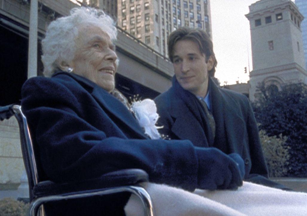 Carter (Noah Wyle, l.) ist überrascht, wie munter und geistig beweglich die hundertjährige Ruth Johnson (Anne Pitoniak, r.) noch ist. - Bildquelle: TM+  2000 WARNER BROS.