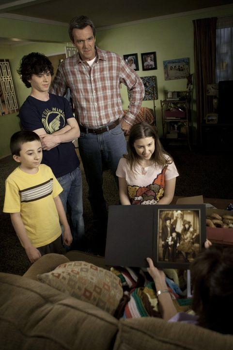 Dieses Mal soll es ein schöner Muttertag für Frankie werden, Brick (Atticus Shaffer, l.), Axl (Charlie McDermott, 2.v.l.), Mike (Neil Flynn, 2.v.r.)... - Bildquelle: Warner Brothers