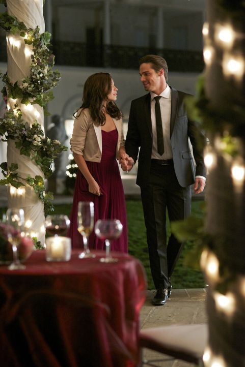 Kann Catherine (Kristin Kreuk, l.) Vincent (Jay Ryan, r.) endlich ihrer Familie und ihren Freunden vorstellen? - Bildquelle: 2012 The CW Network, LLC. All rights reserved.