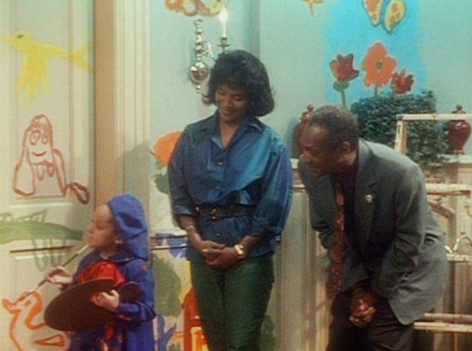 Olivia (Raven Symone, l.) hat sämtliche Wohnzimmerwände bemalt. Doch Clair (Phylicia Rashad, M.) und Cliff (Bill Cosby, r.) schimpfen nicht, sonde... - Bildquelle: Viacom