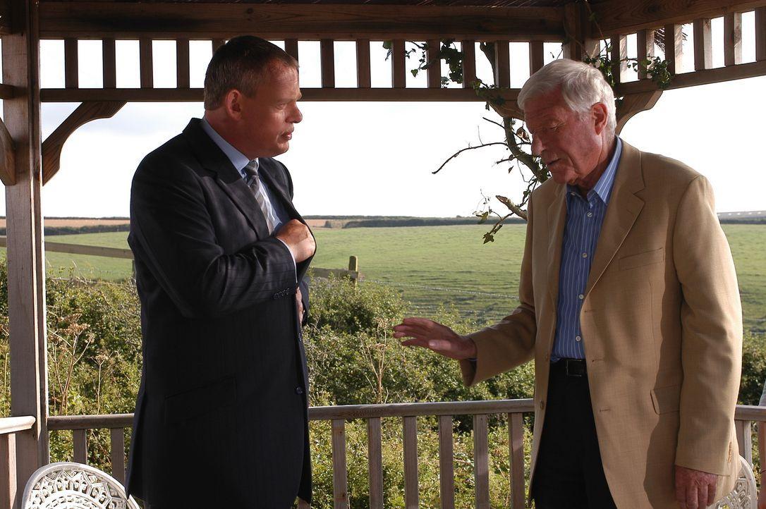 Obwohl Martins (Martin Clunes, l.) Vater (John Woodvine, r.) ein freundlicher älterer Herr ist, findet er Gefallen daran, seinen Sohn wegen dessen b... - Bildquelle: BUFFALO PICTURES/ITV