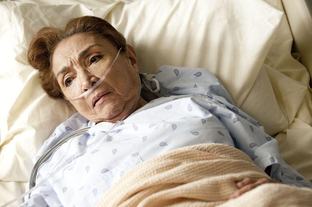 """Die Mutter (Miriam Colon) von Detective Renata hat schwere Atemprobleme und wird von ihrem Sohn ins """"James River"""" gebracht. - Bildquelle: 2011 Sony Pictures Television Inc. All Rights Reserved."""