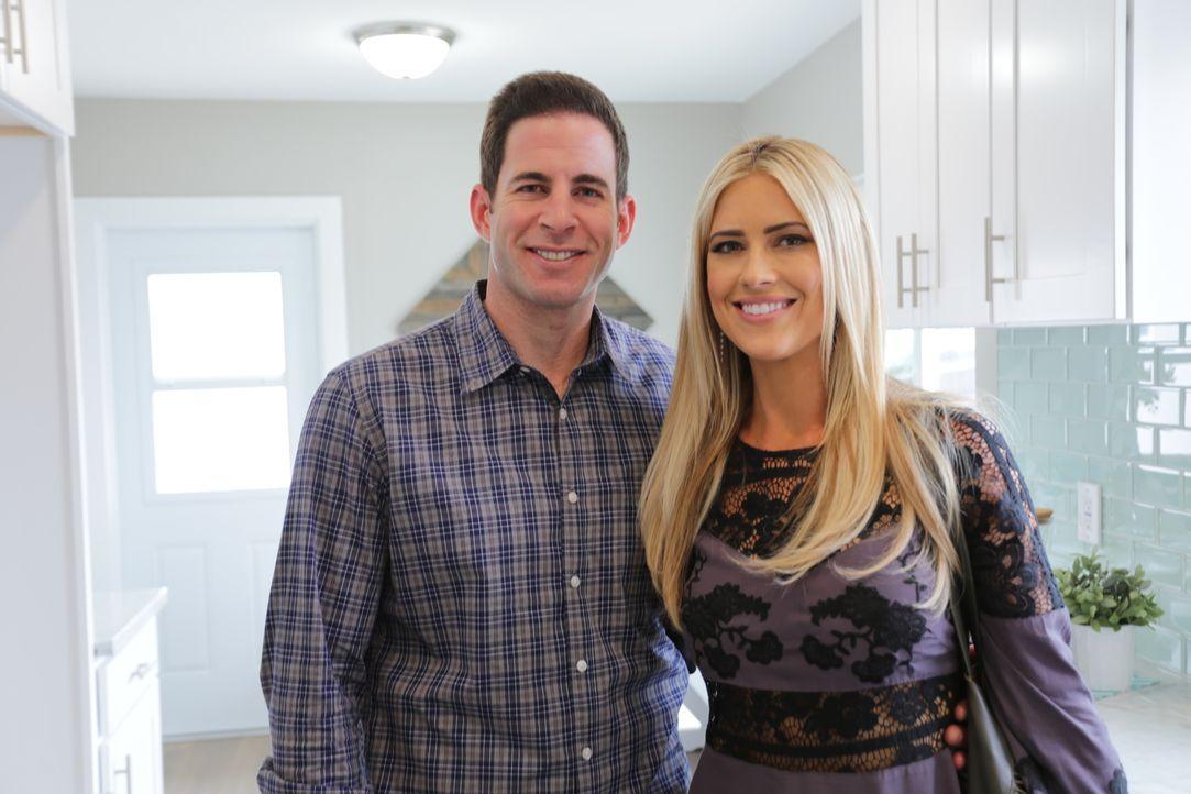 Das Makler-Paar Christina (r.) und Tarek (l.) El Moussa kaufen preiswert heruntergekommene Häuser und renovieren sie mit all ihrer Energie und Kreat... - Bildquelle: 2016,HGTV/Scripps Networks, LLC. All Rights Reserved