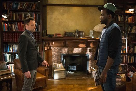 Elementary - Holmes (Jonny Lee Miller, l.) erfährt Wichtiges über seinen Spon...