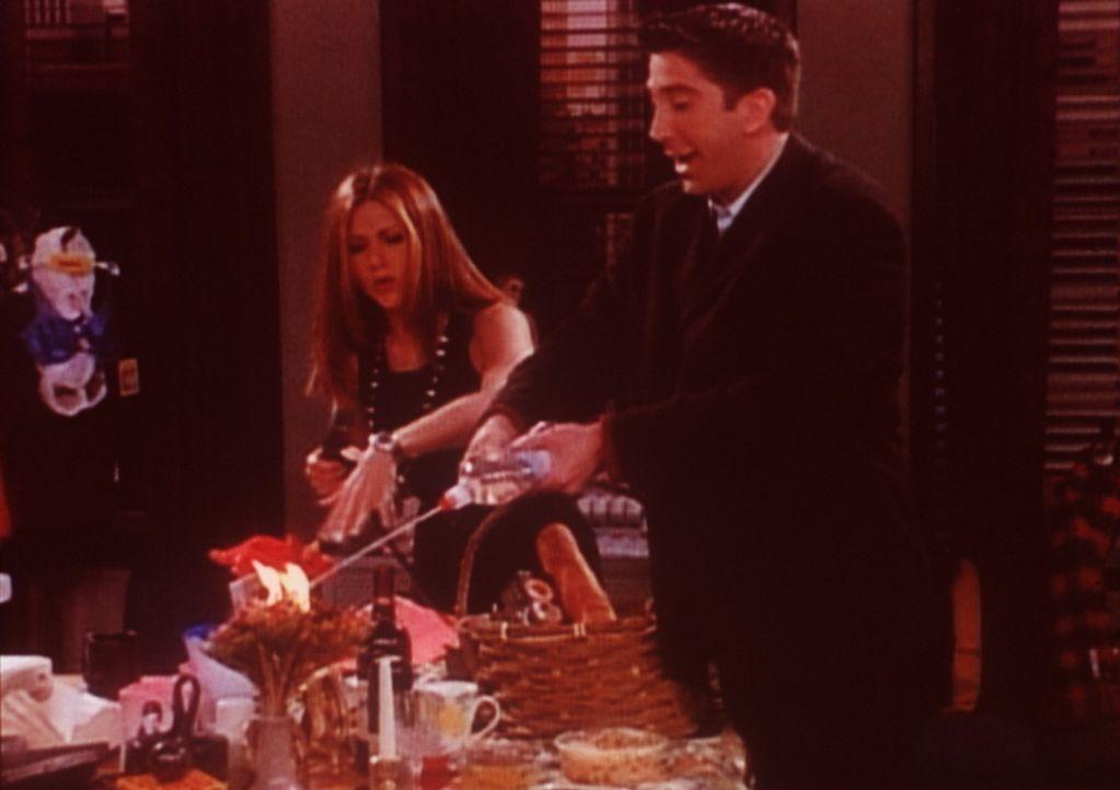 Ross (David Schwimmer, r.) sucht Rachel (Jennifer Aniston, l.) im Büro auf und setzt dabei aus Versehen den Schreibtisch in Brand. - Bildquelle: TM+  2000 WARNER BROS.