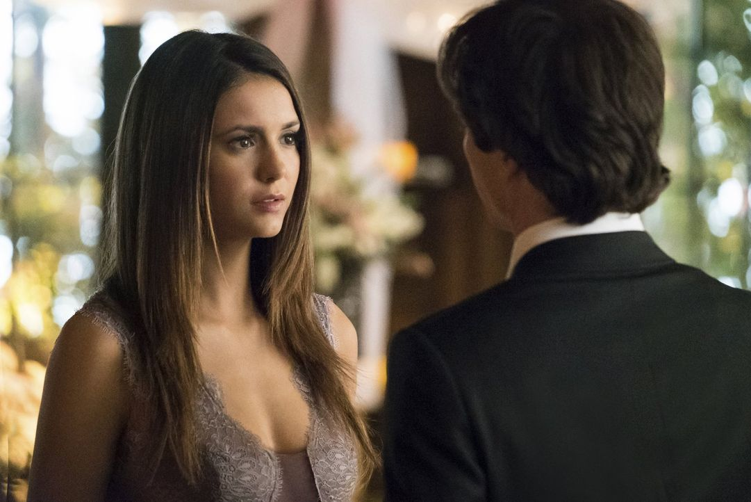 Während Elena (Nina Dobrev, l.) bereits wieder menschlich ist, tut Stefan alles, um Damon (Ian Somerhalder, r.) zu zeigen, wie seine Zukunft mit Ele... - Bildquelle: Warner Bros. Entertainment, Inc