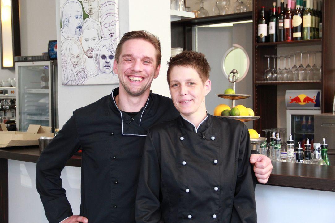 """Für Jan (l.) steht nicht nur der Fortbestand der """"Brasserie & Bar Prisma"""" auf dem Spiel, sondern auch seine Freundschaft zu Stefan, mit dem er das L... - Bildquelle: kabel eins"""