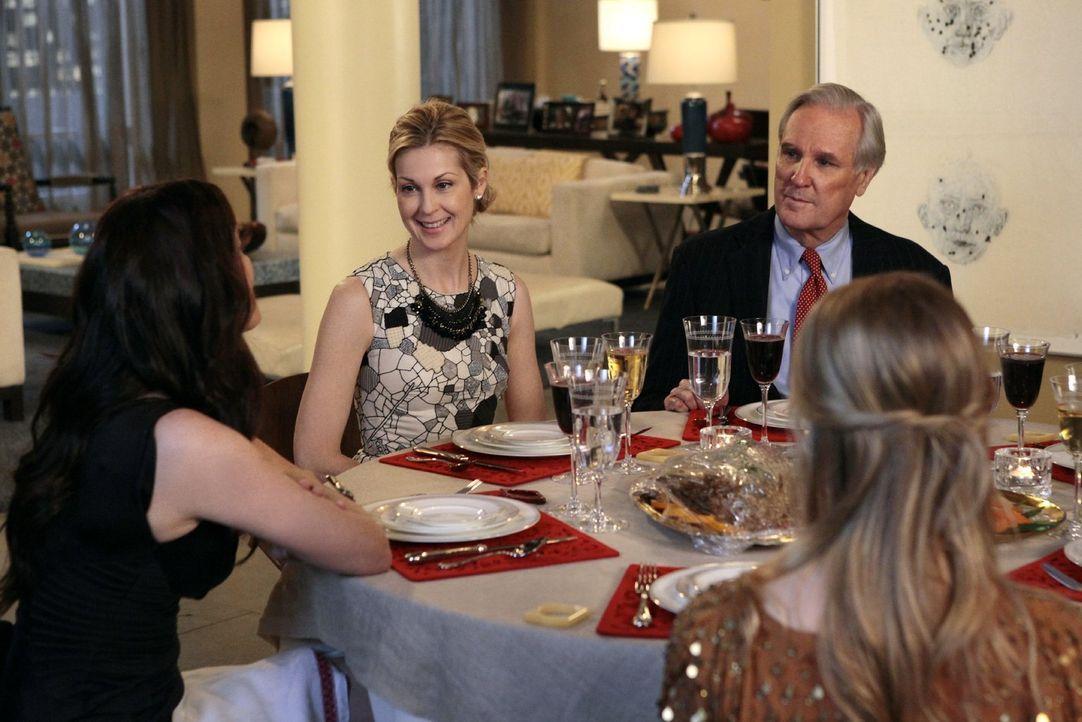 Lily (Kelly Rutherford, 2.v.l.) hat den Gesellschaftsreporter David Patrick Columbia (David Patrick Columbia, hinten r.) zum Familiendinner eingelad... - Bildquelle: Warner Bros. Television