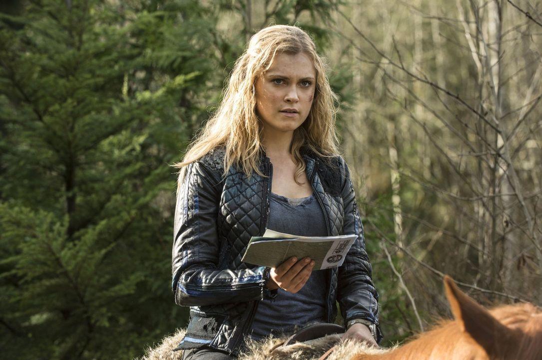 """Clarke (Eliza Taylor) muss einen Plan schmieden, um zu verhindern, dass ihre Leute in """"Mount Weather"""" als Heilmittel missbraucht werden - am besten... - Bildquelle: 2014 Warner Brothers"""