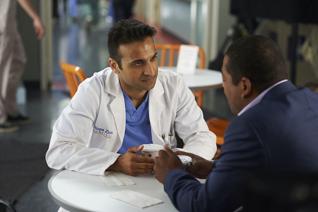 Malcolm Eldente (Nigel Shawn Williams, r.), der Ehemann von Shahirs (Huse Madhavji, l.) neuster Patientin, verdreht dem Neurochirurgen gehörig den K... - Bildquelle: Ken Woroner 2014 Hope Zee Three Inc.
