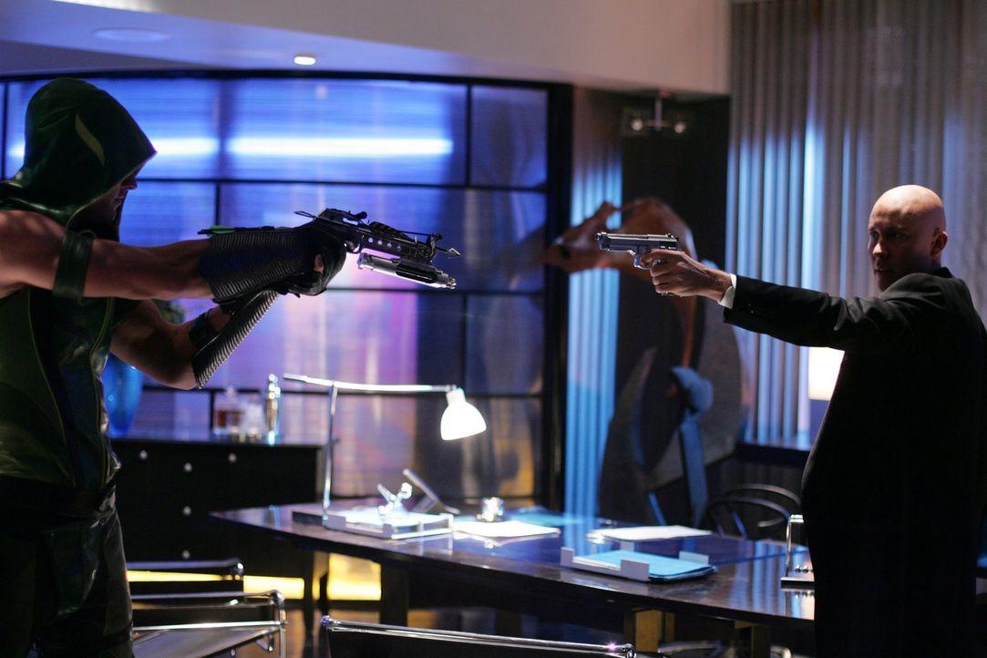 Abdrücken oder nicht? Green Arrow (Justin Hartley, l.) und Lex (Michael Rosenbaum, r.) stehen sich gegenüber ... - Bildquelle: Warner Bros.