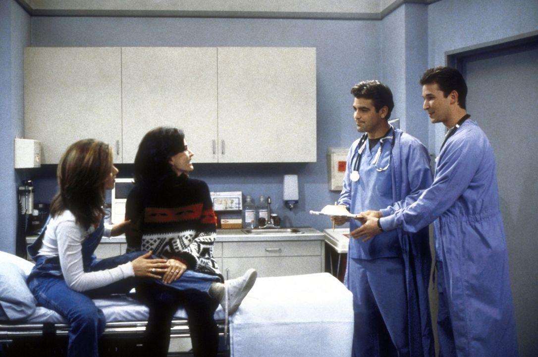 Monica (Courteney Cox, 2.v.l.) und Rachel (Jennifer Aniston, l.) sind von den beiden Ärzten Dr. Rosen (Noah Wyle, r.) und Dr. Mitchell (George Cloo... - Bildquelle: TM+  2000 WARNER BROS.
