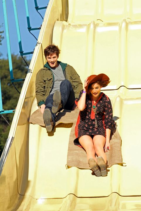 Nachdem Silver (Jessica Stroup, r.) sich Liam (Matt Lanter, l.) anvertraut und ihm von ihren Ängsten erzählt hat, kommen sich die beiden näher ... - Bildquelle: 2011 The CW Network. All Rights Reserved.