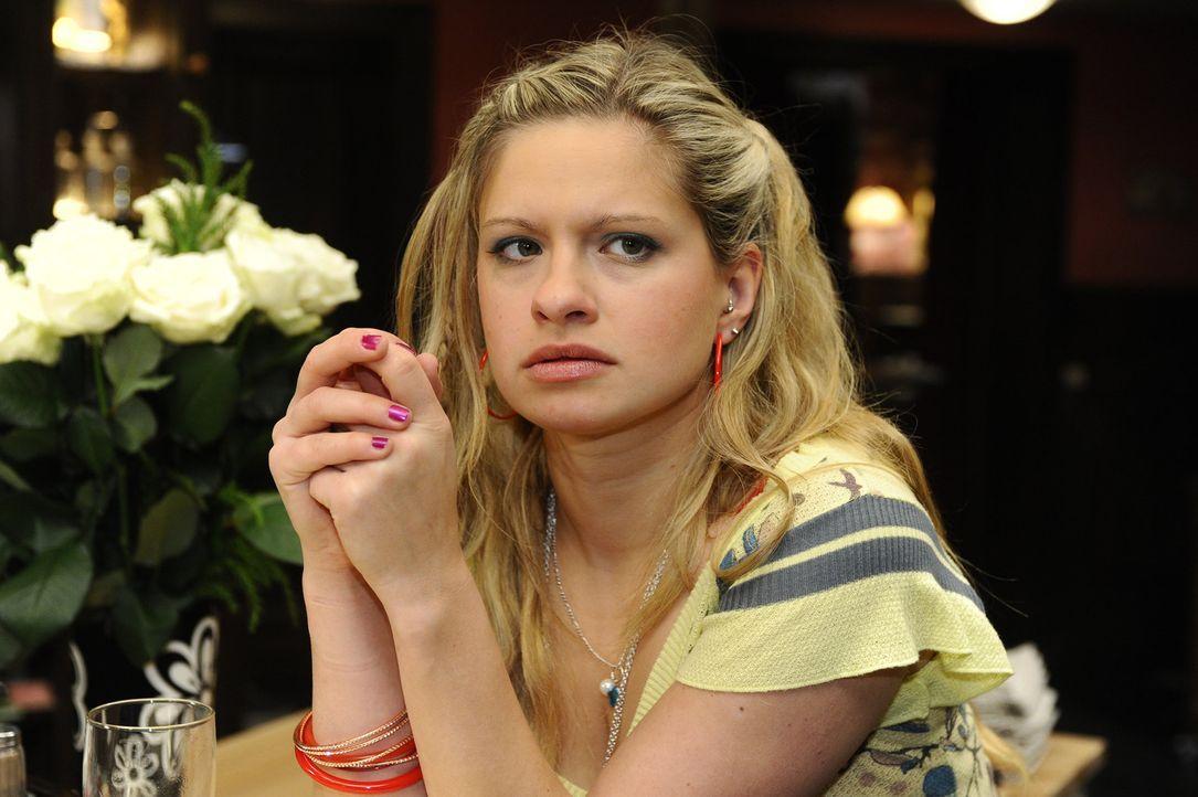 """Obwohl Mia (Josephine Schmidt) bewusst ist, dass sie nicht wirklich Schuld daran ist, dass die Kampagne für das """"Größte Bett der Welt"""" nun nicht... - Bildquelle: SAT.1"""