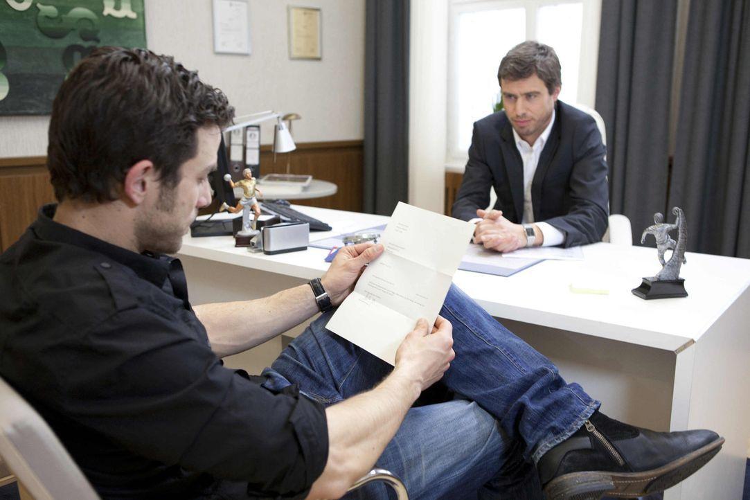 Michael (Andreas Jancke, l.) lässt sich nicht einschüchtern und macht Julian (Sebastian Hölz, r.) ein Kampfansage ... - Bildquelle: SAT.1