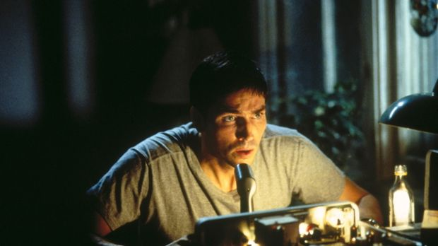 Als John (James Caviezel) bemerkt, wer sein Gesprächspartner ist, warnt er se...