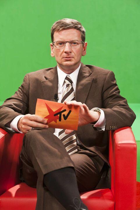 Günther Jauch (Michael Kessler) hat eine ganz besondere Nachricht zu verkünden. - Bildquelle: ProSieben
