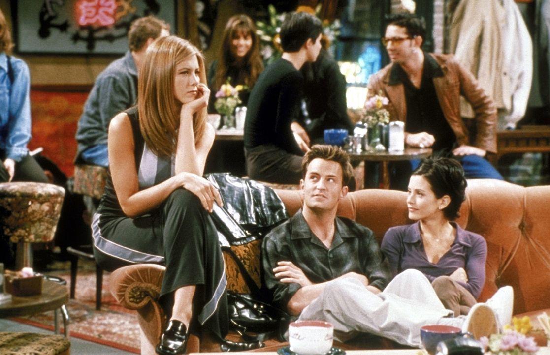 Rachel (Jennifer Aniston, l.) überlegt, wie sie Ross wieder eifersüchtig machen kann. Monica (Courteney Cox, r.) und Chandler (Matthew Perry, M.)... - Bildquelle: TM+  2000 WARNER BROS.