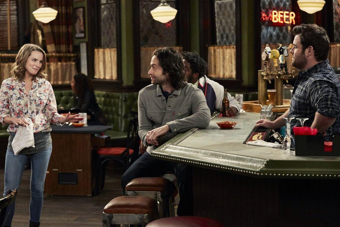 Während Danny (Chris D'Elia, M.) noch über den Abend mit seiner Schwester rätselt, sind Candace (Bridgit Mendler, l.) und Brett (David Fynn, r.) uns... - Bildquelle: Warner Brothers
