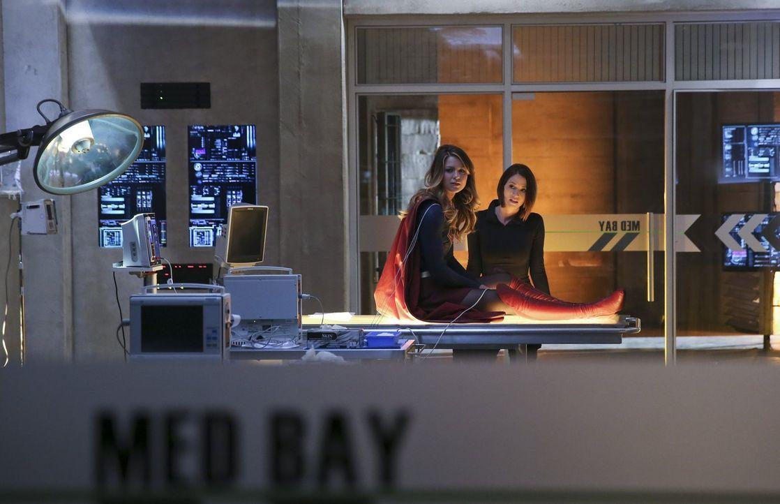Kara alias Supergirl (Melissa Benoist, l.) riskiert viel, um die Menschen in National City zu beschützen. Dabei kann sie sich immer auf ihre Schwest... - Bildquelle: 2015 Warner Bros. Entertainment, Inc.