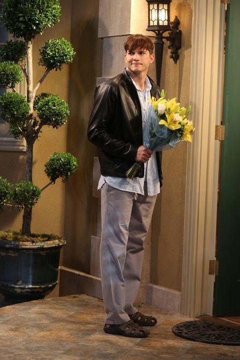 Walden (Ashton Kutcher) lernt die attraktive Shari bei einer Autopanne kennen. Sie findet ihn ganz nett und nimmt ihn mit zu sich. Walden ist seitde... - Bildquelle: Warner Bros. Television