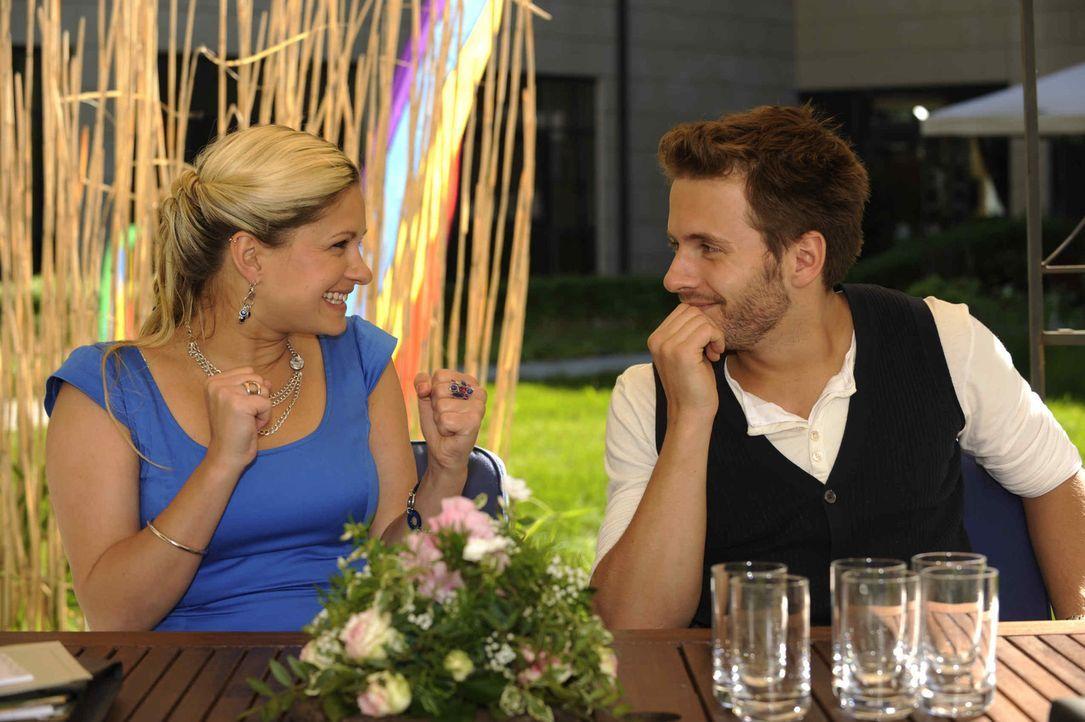 Mia (Josephine Schmidt, l.) und Enrique (Jacob Weigert, r.) sind überglücklich, als Erna Jojos Unschuld bestätigt. Doch was wird David dazu sagen? - Bildquelle: SAT.1