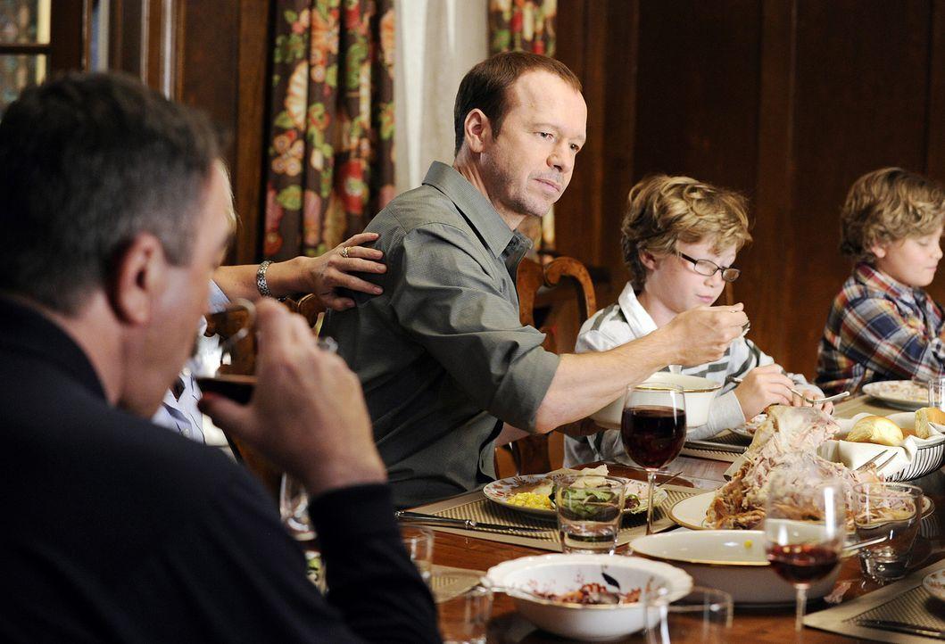 Bei einem gemeineinsamen Abendessen mit der Familie kommt es zur Diskussion zwischen Danny (Donnie Wahlberg, M.) und Sydney. - Bildquelle: 2010 CBS Broadcasting Inc. All Rights Reserved