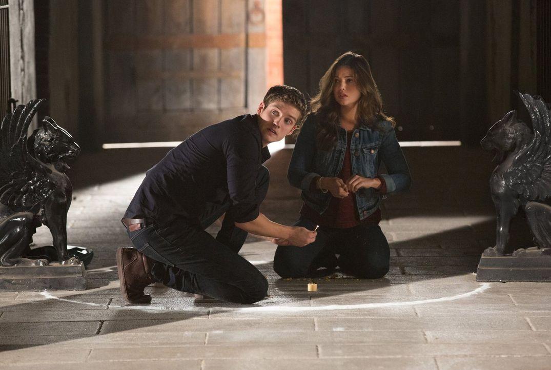 Wird es Kaleb (Daniel Sharman, l.) und Davina (Danielle Campbell, r.) gelingen, den Fluch aufzuheben, den Finn über das Mikaelson-Anwesen gelegt hat... - Bildquelle: Warner Bros. Television