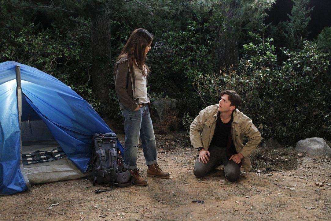Walden (Ashton Kutcher, r.) hilft der attraktiven Backpackerin Vivian (Mila Kunis, l.) dabei, ihr Zelt aufzubauen und glaubt wieder einmal, die ganz... - Bildquelle: Warner Brothers Entertainment Inc.