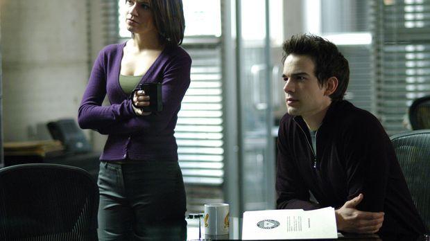 Eva (Anna Belknap, l.) und Miles (Christopher Gorham, r.) arbeiten an einem n...