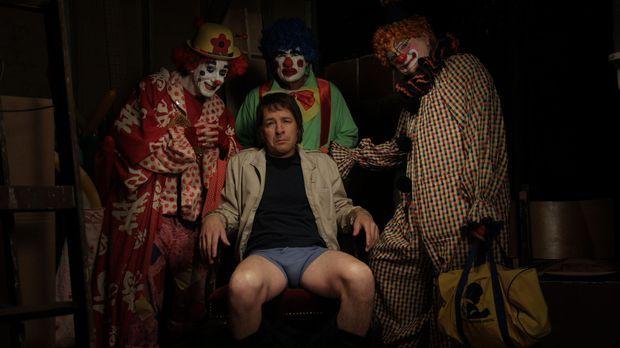 Herb (French Stewart, M.) gerät in die Hände von gruseligen Clowns ... © 2012...