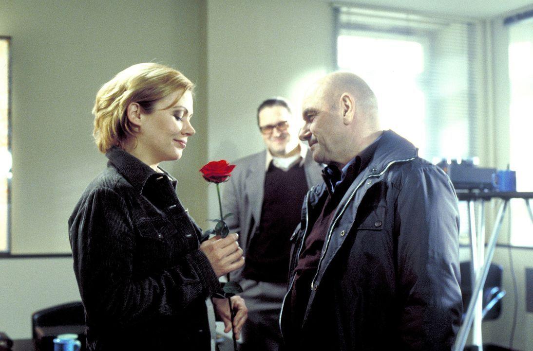 Sowohl beruflich als auch privat bilden Lisa (Jennifer Nitsch, l.) und David (Klaus Löwitsch, r.) ein ideales Team. - Bildquelle: Meier
